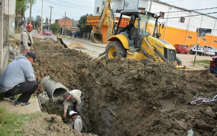Tassano controló la colocación de tubos de desagüe en la calle Loreto