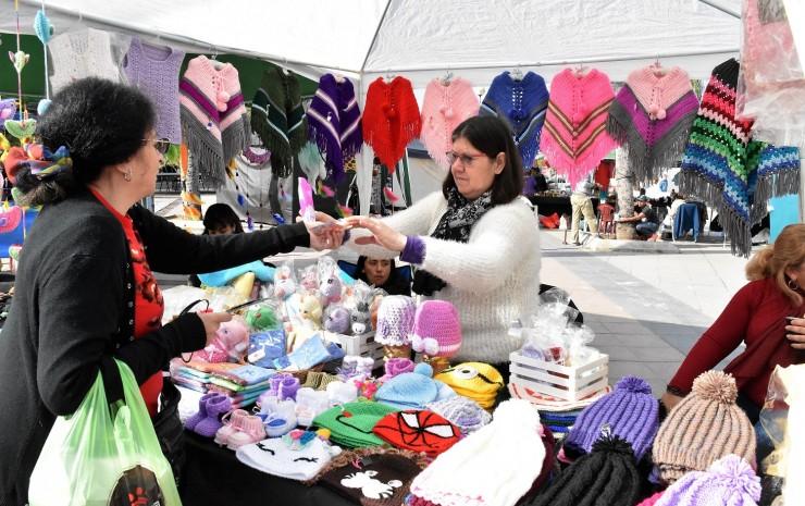 Más de 100 emprendedores comercializan sus productos en la Feria Artesanal de Invierno