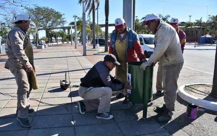 La Municipalidad reemplaza todos los cestos de basura de la Costanera