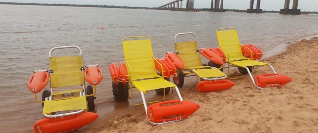 Ciudad amigable: la Municipalidad sumó dos sillas anfibias a la playa Arazaty
